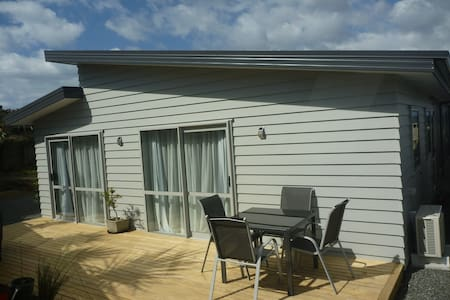 2015 studio room with en suite bathroom. Sky TV , wifi. Gym and sauna. Ladies & gents bicycles with tow bar carrier. Private sun deck and BBQ. Close to golf course and all amenities in Omokoroa.25minutes to the Mount &  Tauranga.