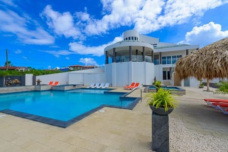 Magnificent mansion with million dollar view of Aruba - Villa