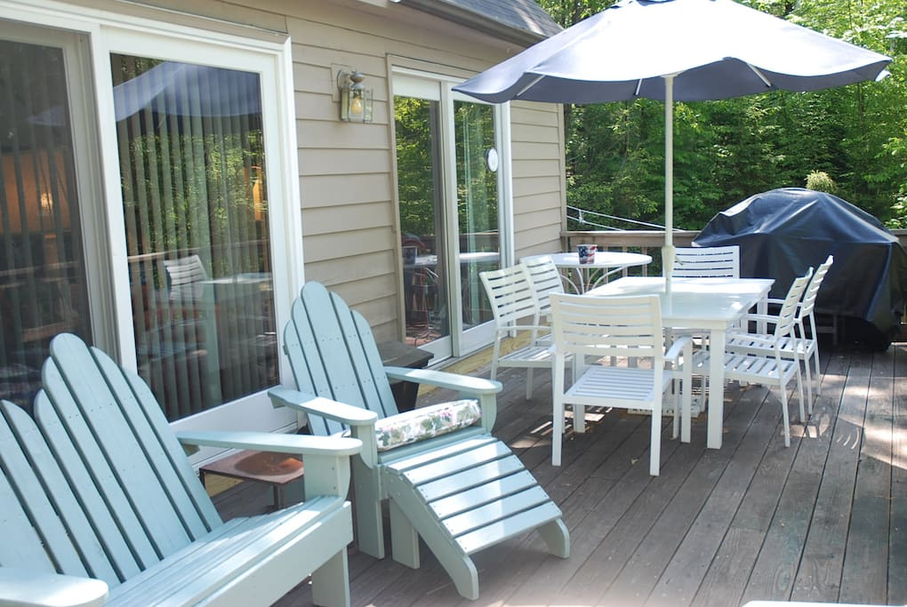 Full length deck with BBQ overlooking the lake and Hot Tub