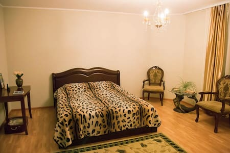 Spacious bedroom with cozy balcony - Vladivostok - Lejlighed
