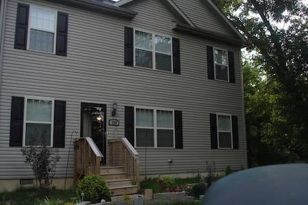 Medium size rm Clean spacious house - New Castle - Casa