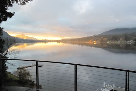 Lake Samish suite with dock, covered deck - House