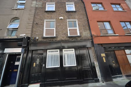 Three floor house with 5 shared bedrooms, 2 kitchens and 3 common bathrooms with separate shower room.  Excellent location at walking distance to Temple Bar and Grafton street.