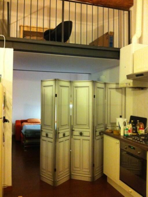 2 Room-dividers separated the bed-area from the rest of the loft and the kitchen. I Paraventi che separano la zona letto dalla cucina