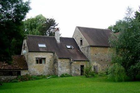 Maison en pierre près de la rivière - Fontenay-près-Vézelay - House