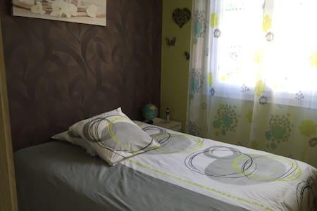 Belle chambre agréable et spacieuse - Ev