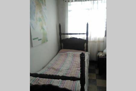Habitación con cama sencilla y baño - House