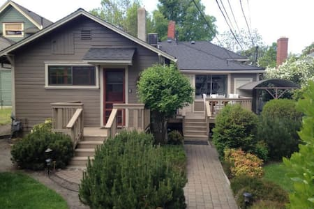 This is a small bedroom, bathroom and full kitchen cottage with access to a washer/dryer.  The cottage is right near the downtown area of Ashland where all the Oregon Shakespeare Festival,  galleries, restaurants and Lithia Park is located.