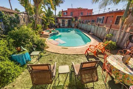 cute room-back house - amazing yard - Los Angeles - Bed & Breakfast