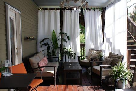 Clean spacious room, pvt bathroom, parking & deck - Condominium