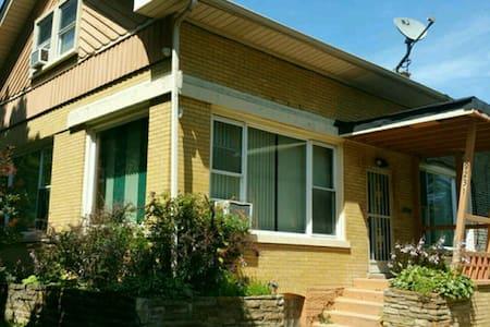 Huge Bungalow in Quiet Neighborhood - Haus