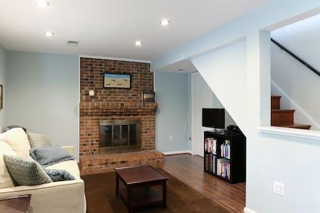 Private bed/bath on separate floor w/living room - McLean - Haus