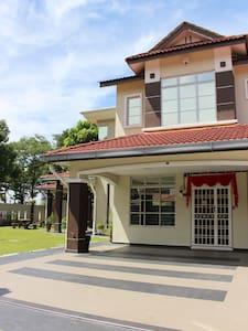 Home2U Homestay Bukit Indah, JB - Johor Bahru - House