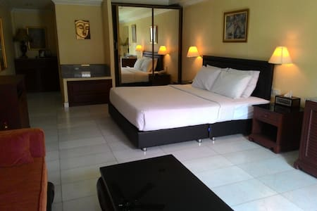 Ambiance hotel near walking street - Muang Pattaya - Bed & Breakfast
