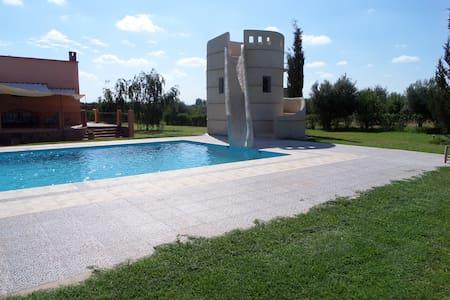 Villa avec piscine et toboggan - Dom