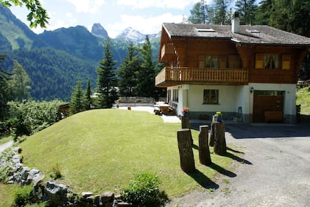 Swiss Chalet sleeps 10 in Ovronnaz - Chatka w górach