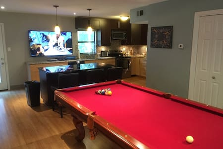 3BR Updated near downtown w lg deck