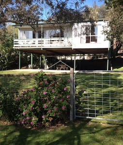Lovely retro family holiday home, only an 8 minute walk to Rye shops and foreshore. 10 minutes by car to the Penindula Hot Springs and Sorrento. Having two bedrooms with queen beds, and a bedroom area off the living room with 2 single beds. Lovely outdoor bbq area.