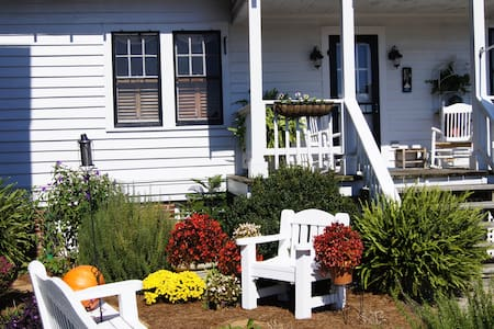 Quaint Cottage w/Breakfast at Benjamin W. Best Inn - Snow Hill
