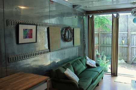 Cute shipping container tiny house (400 sqft) - Gainesville - Train