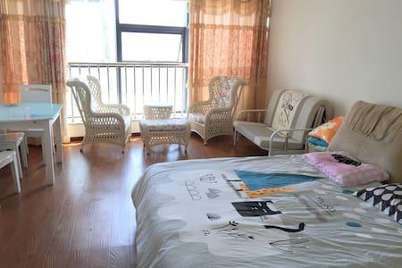 干净温馨单身公寓,位于东港黄金地段。旁边是凯虹广场,面前是朱家尖大桥。 - 舟山 - Wohnung