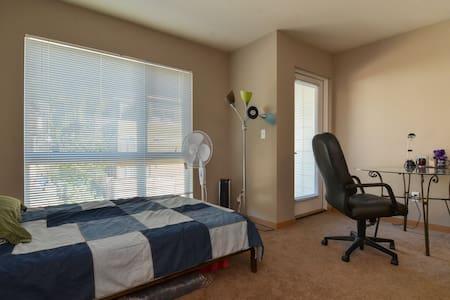 New, Clean Third Floor Studio Apt - Seattle - Apartment