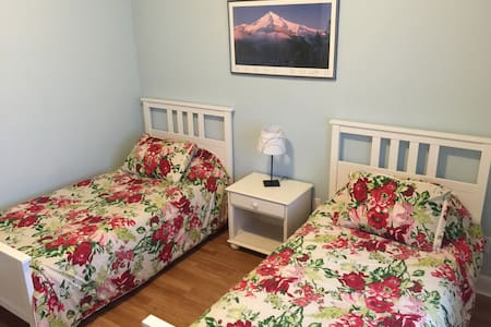 2 Twin Beds - Great Location!