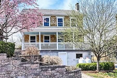 Circa 1800 Historic Farmhouse - Hus
