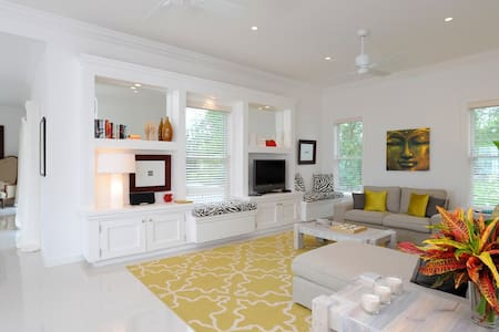 Room type: Entire home/apt Property type: Villa Accommodates: 4 Bedrooms: 2 Bathrooms: 2.5