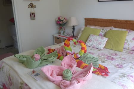 The Rose Room in Trinity Beach - Apartment