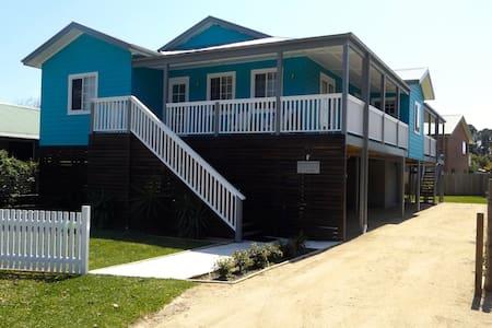 Lake Conjola Beach House - Talo