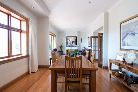 Double bedroom in a spacious, elegant home with large living areas and outdoor garden. Ten minutes walk from Wellington's entertainment and restaurant strip at Cuba Street and only a few minutes more to waterfront theatres. Second bedroom available.