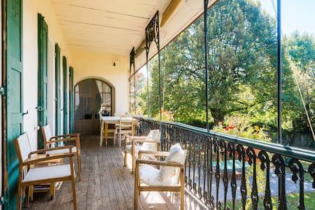 Chambre dans maison de caractère - Menthon-Saint-Bernard - Bed & Breakfast
