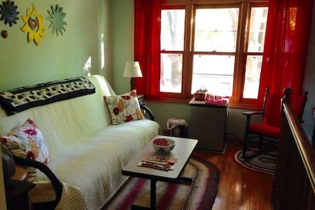Cozy private suite near colleges - Saint Paul - House