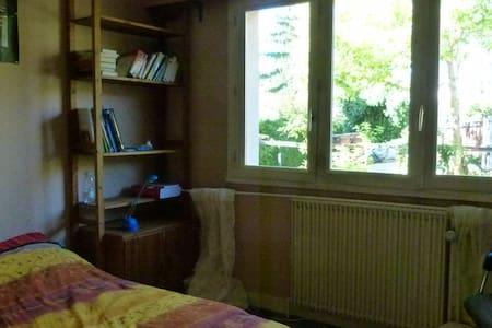 chambre avec salle de bain et WC - La Celle-Saint-Cloud - Hus