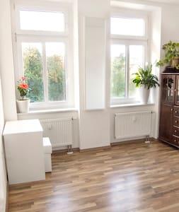 sauberes Zimmer mit Frühstück! - Appartamento