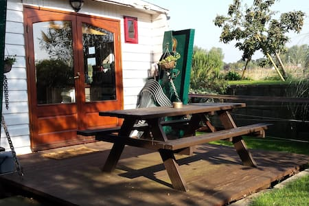 Comfortable riverside landed houseboat - Annat