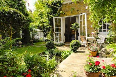 Luxurious Sunny Garden Apartment. - Apartamento