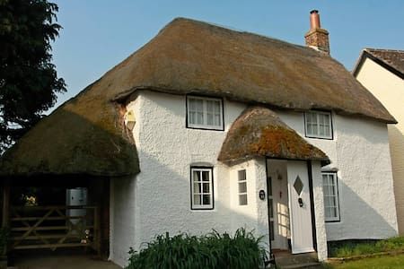 Delightful thatched holiday cottage - Casa