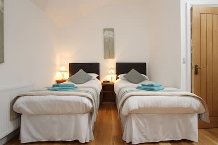 Bright & spacious twin bedded room - Bed & Breakfast