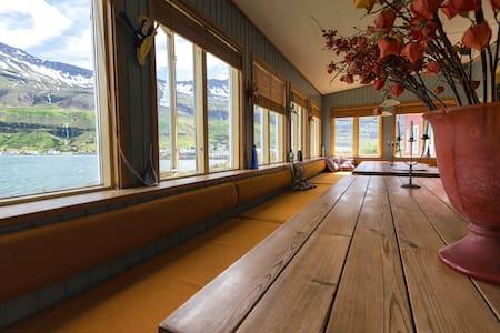 Double room-Hafaldan Harbour hostel - Seydisfjordur - 连栋住宅