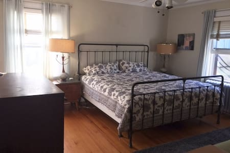 Quiet Large Room - EZ NYC commute - House