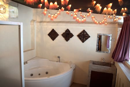 Cosy Romantic Room+Balcony Jacuzzi - George Town - Bed & Breakfast