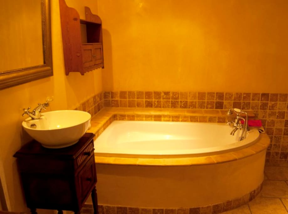 salle de bain équipée d'une baignoire et une cabine douche