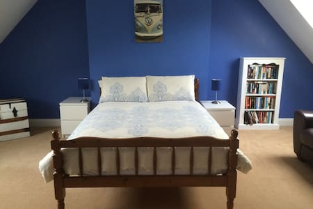 Beautiful large room (20'x20') in idyllic village - Bed & Breakfast