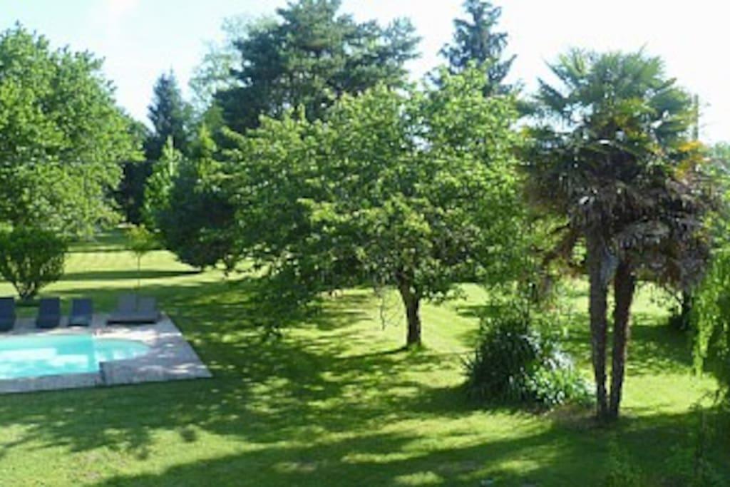 Vue de la Chambre Armanse parc et piscine