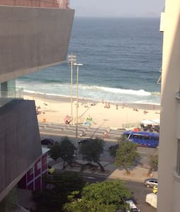 Beautiful studio,located in posto 5,Copacabana,few steps from the most charming beach of Brazil, the sea litlle princess,Copacabana!Very well equipated,internet wifi,queen bed,ar conditioning,cable tv,10o floor,quiet,partial ocean view!