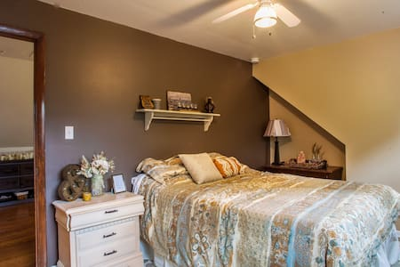 Sunny Bedroom in Chicago Suburbs - Ház