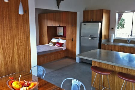 """Modernist Jewel"" on Park Border - Joshua Tree - Cottage"