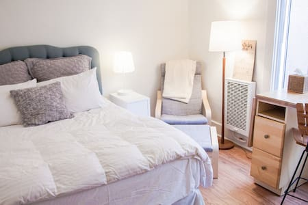 Located steps from the Venice Boardwalk, this studio is compact, efficient, and very functional, with a private bathroom and fully equipped kitchen. It features a new coil-free queen bed, as well as a TV with a fully loaded Amazon Fire stick.
